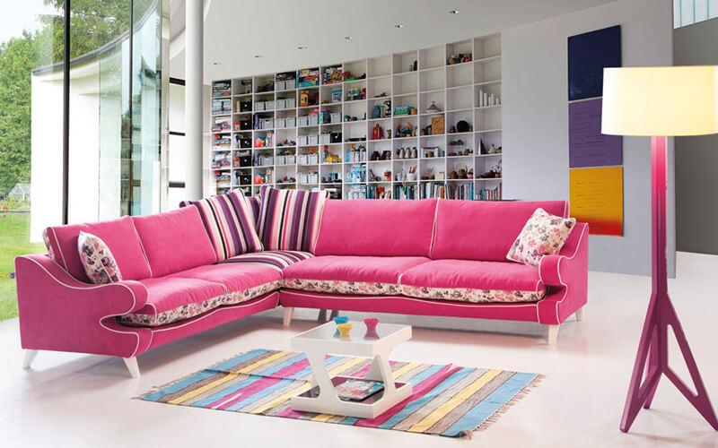 O canapea roz plina de culoare